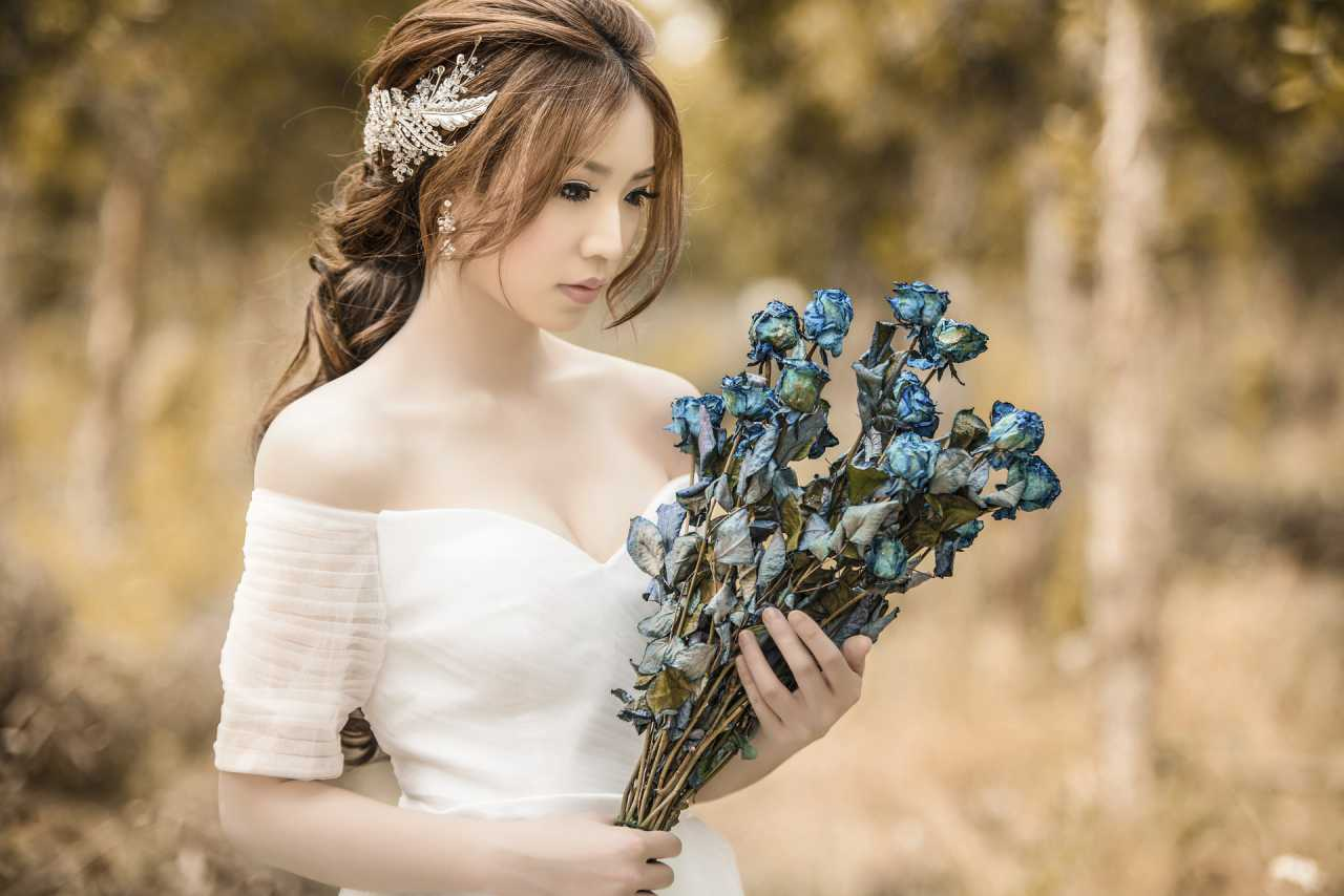 https://www.laundrycares.com/wp-content/uploads/2016/04/express-laundry-service-for-wedding-dress-.jpg